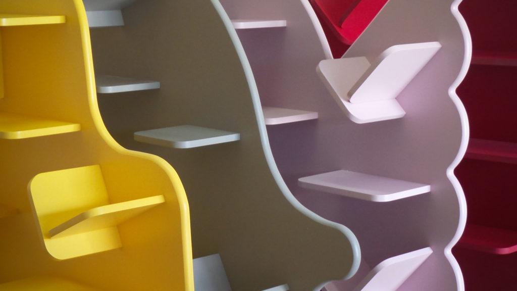 Étagère en bois avec différentes couleurs